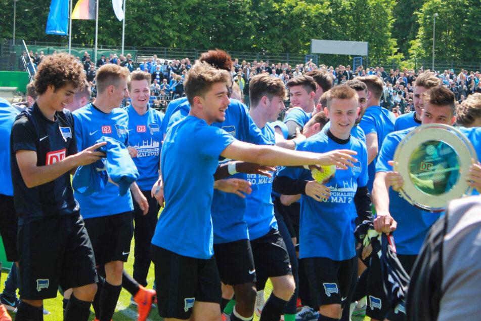 Farid Abderrahmane (l.) gewann mit der U19 von Hertha BSC 2015 den DFB-Pokal der A-Junioren.