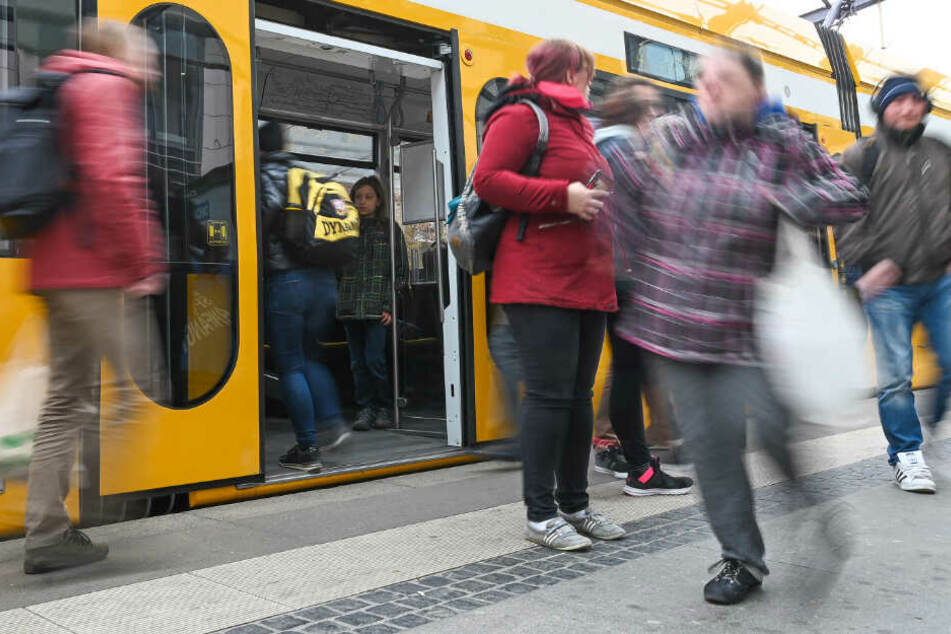 Eine Straßenbahn der Dresdner Verkehrsbetriebe (DVB).