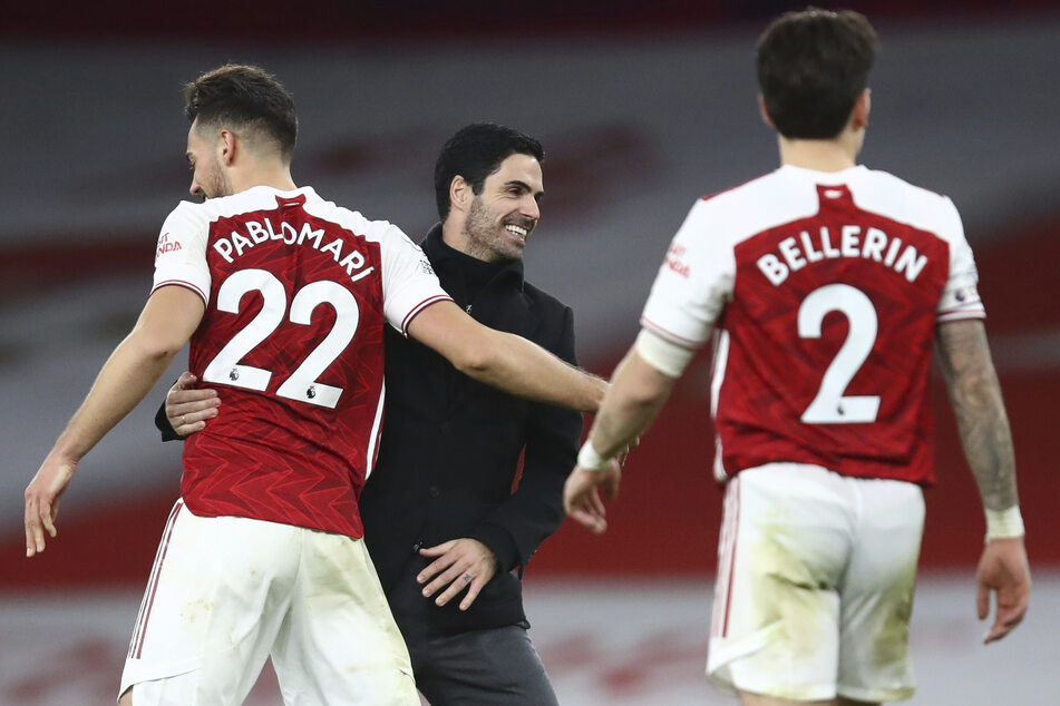 Mikel Arteta (m.), Trainer des FC Arsenal, gratuliert seinen Spielern nach dem Sieg über den Stadtrivalen FC Chelsea. Finanziell gibt es nun auch etwas Grund, zu lächeln.