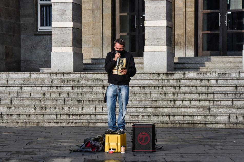 Der vom Verfassungsschutzbericht im Bereich Rechtsextremismus geführte Sven Liebich (49) spricht während einer Demo.