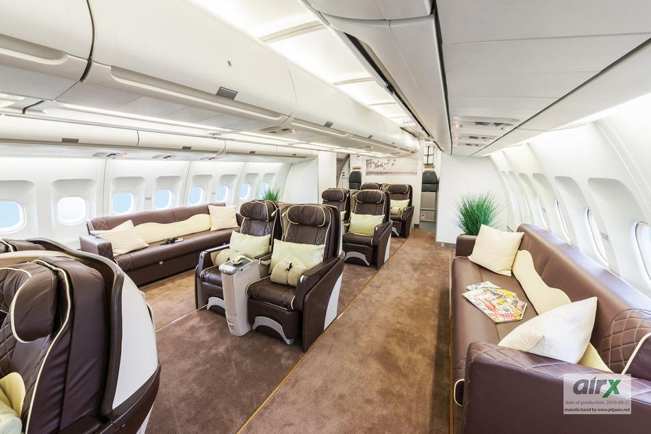 Alle Sitze sind in 2er-Kombination aufgestellt. Im Heck des Flugzeugs gibt es zudem zwei große Sofas.