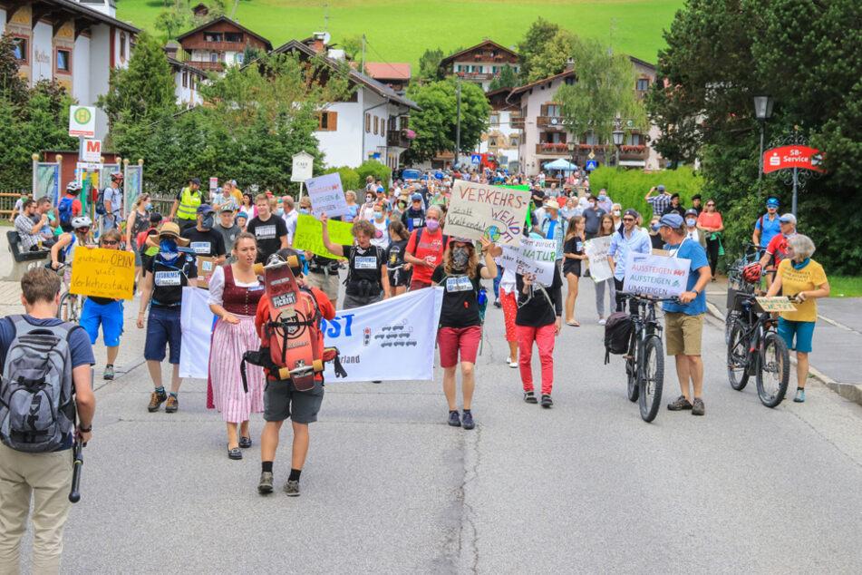 Gegen 11 Uhr begann man in Wallgau mit dem Lahmlegen des Verkehrs.