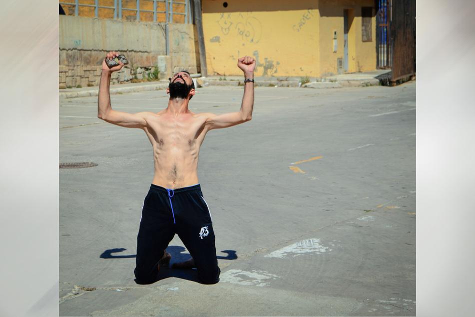 Ein Mann aus Marokko, nachdem er schwimmend in das spanische Territorium gelangt ist, in der spanischen Enklave Ceuta.