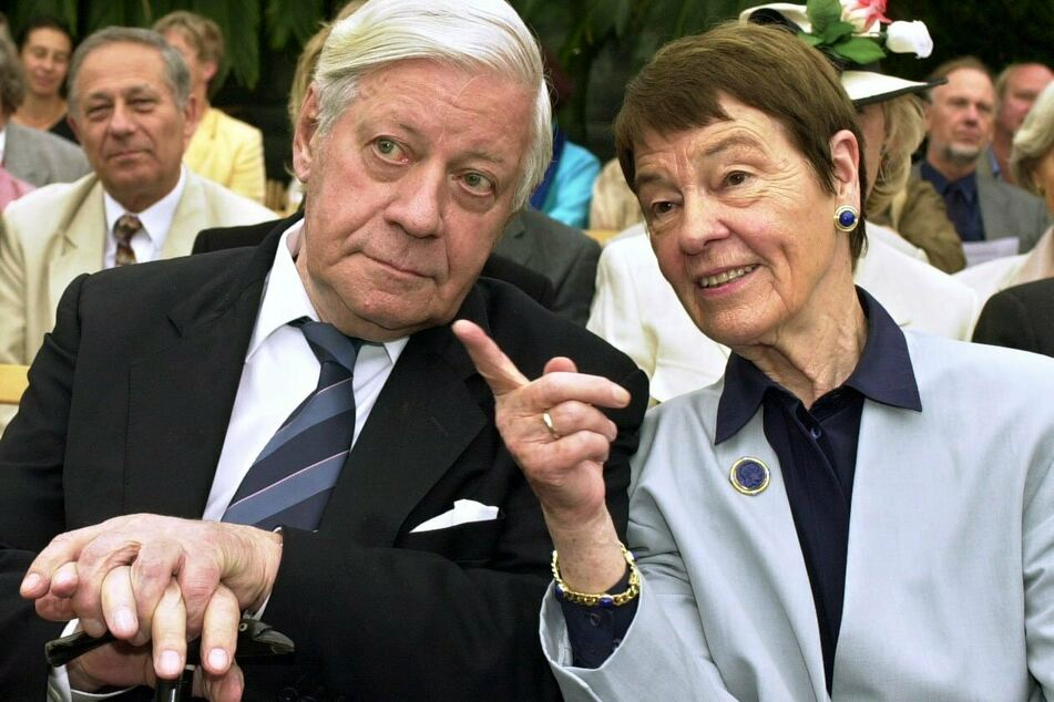 Altbundeskanzler Helmut Schmidt und seine Frau Loki unterhalten sich während der Verleihung der Ehrendoktorwürde der Universität Hamburg an Loki Schmidt. (Archivbild)