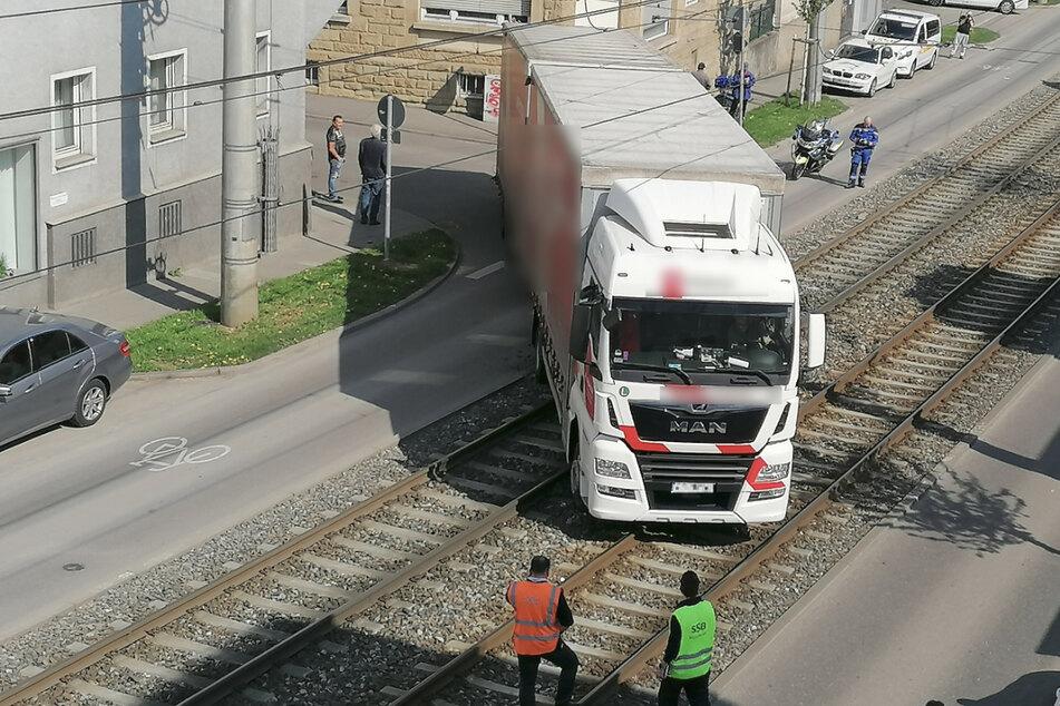 Lkw steht auf Schienen: Massive Beeinträchtigungen im Bahnverkehr