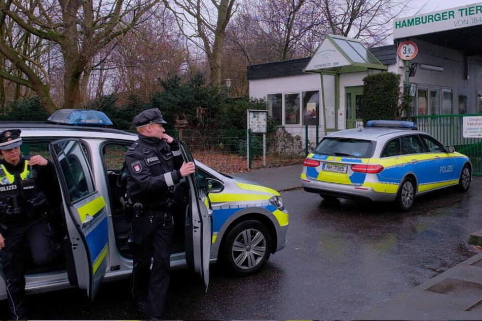 Polizisten betreten das Gelände des Hamburger Tierschutzvereins.
