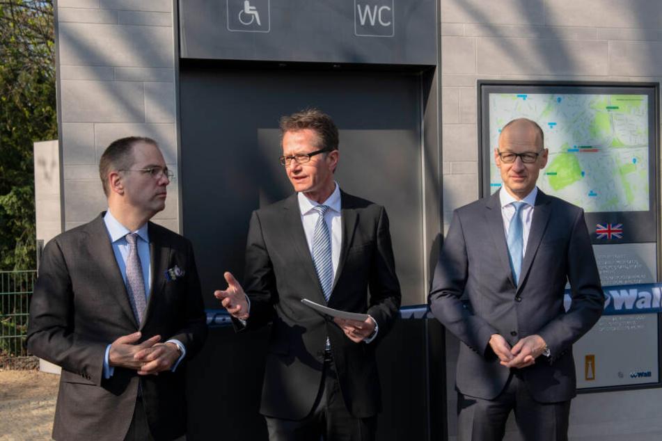 Ingmar Stresse (Mitte, Staatssekretär für Verkehr) spricht in Begleitung von Patrick Möller (Links, Geschäftsführer des Herstellers Wall) und Andreas Scholz (Rechts, Finanz-Vorstand Wall), bei der Vorstellung der neuen Toiletten.