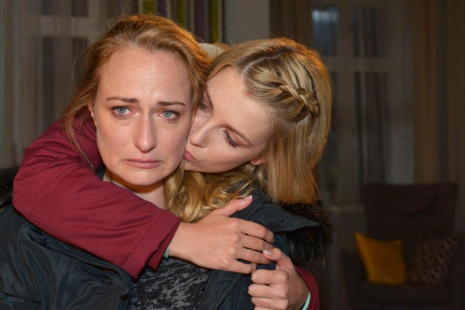 Die Schwangerschaft treibt sie an ihre Grenzen: Lilly versucht ihre Mutter Maren zu trösten.