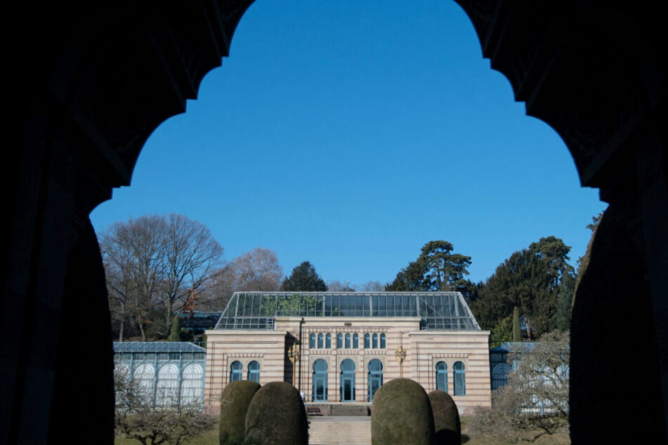 Das Maurische Landhaus ist im Zoologisch-Botanischen Garten Wilhelma durch einen Bogen zu sehen.
