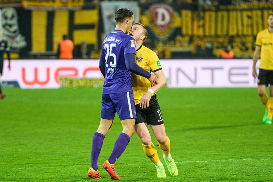 Derbycharakter! Aues Dominik Wydra (l.) und Dynamos Haris Duljevic von Angesicht zu Angesicht. Beide sahen dafür Gelb.