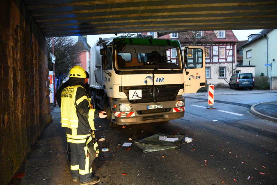 Der Fahrer und sein Beifahrer wurden bei dem Aufprall schwer verletzt.