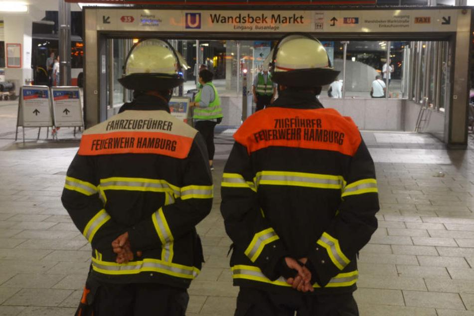 Feuerwehrmänner sichern den Eingang zur Wandsbeker U-Bahn-Station.