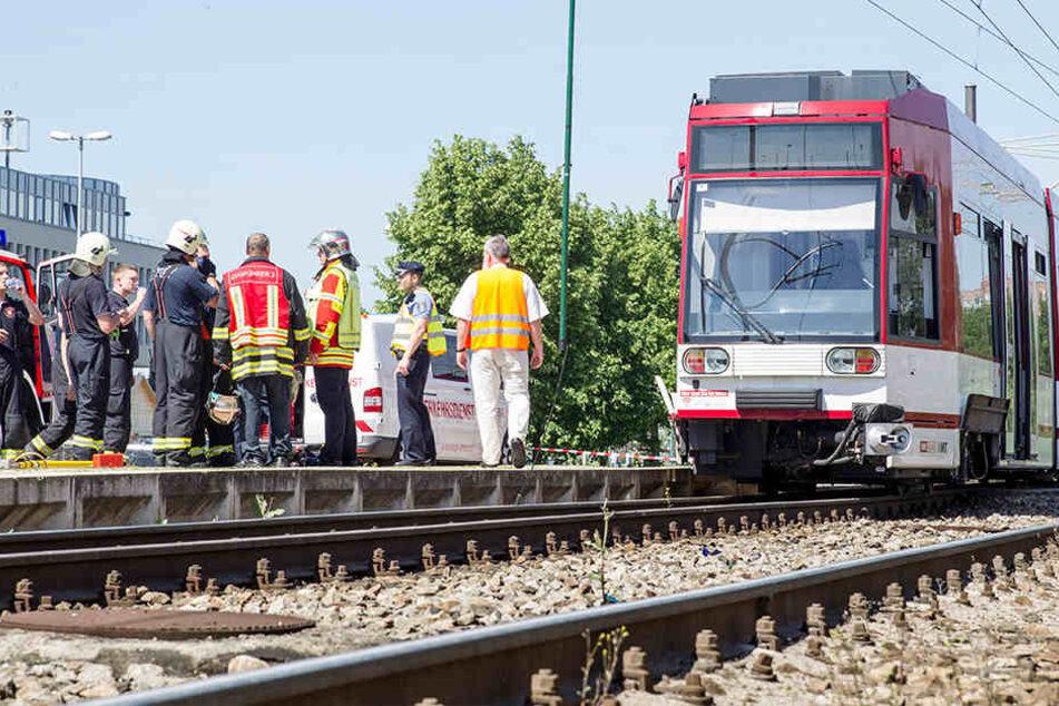 Zwei Autofahrer haben sich im Gleisbett der Erfurter Straßenbahn festgefahren (Symbolfoto)