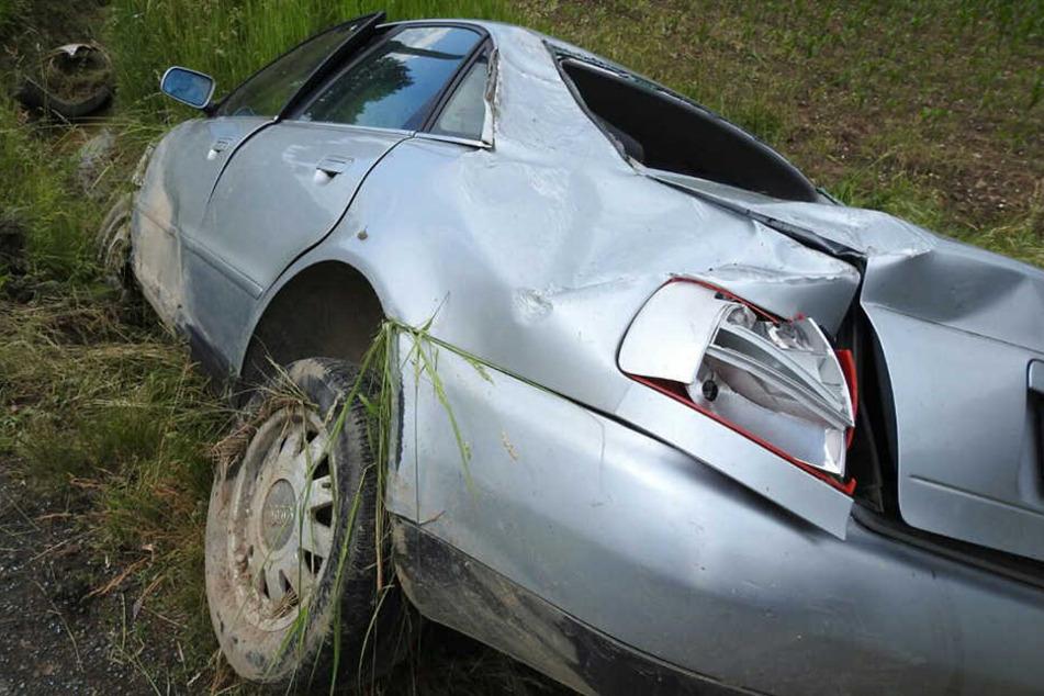 Autofahrer und Beifahrer wurden schwer verletzt.