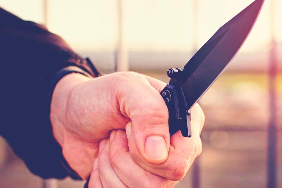 Messer in den Rücken: 34-jährige Frau brutal niedergestochen