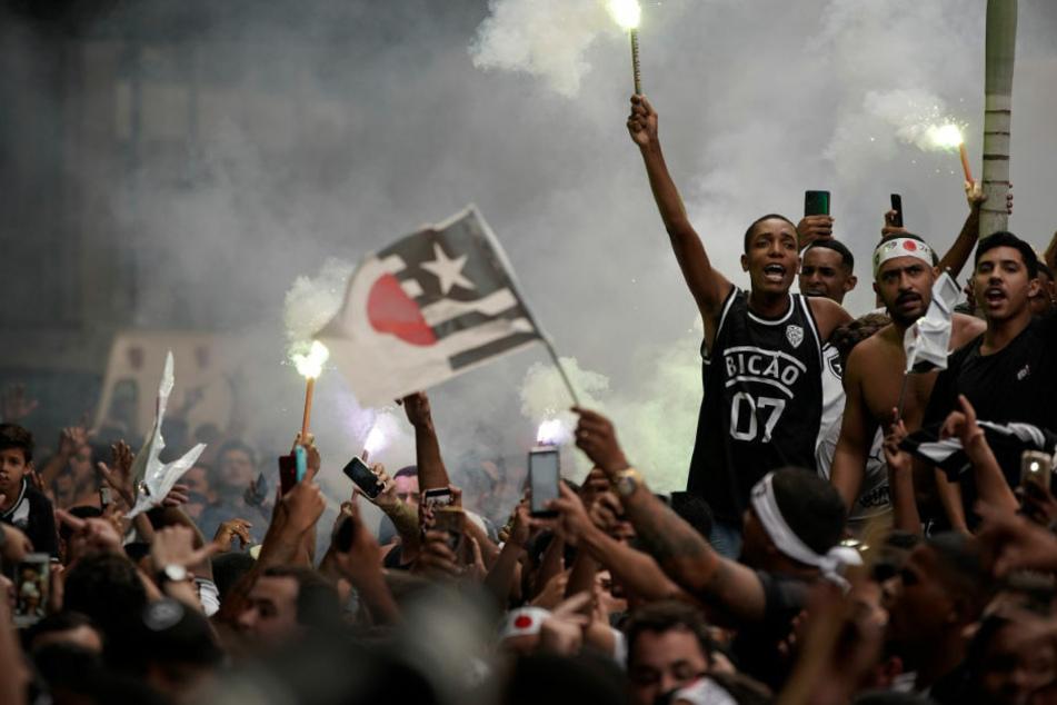 Hier feiern die frenetischen Fans ihren Klub Botafogo noch. Mittlerweile ist die Stimmung jedoch umgeschlagen.