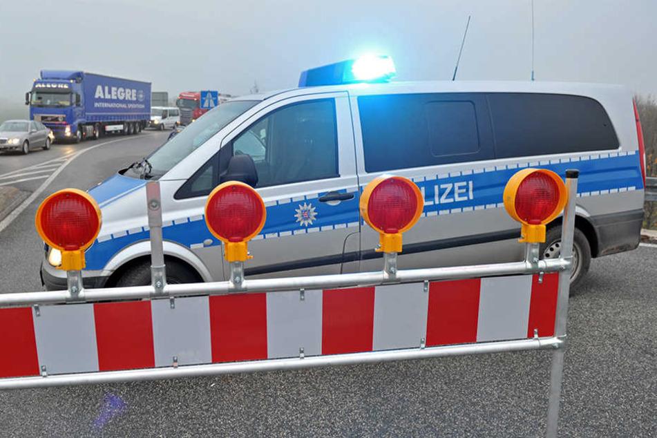Der Lkw fuhr zuerst das Polizeiauto an und krachte anschließend in den stehenden Lkw. (Symbolbild)