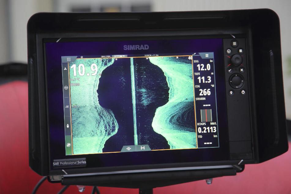 """Ein Display macht sichtbar, was das Sonar unter Wasser """"entdeckt""""."""