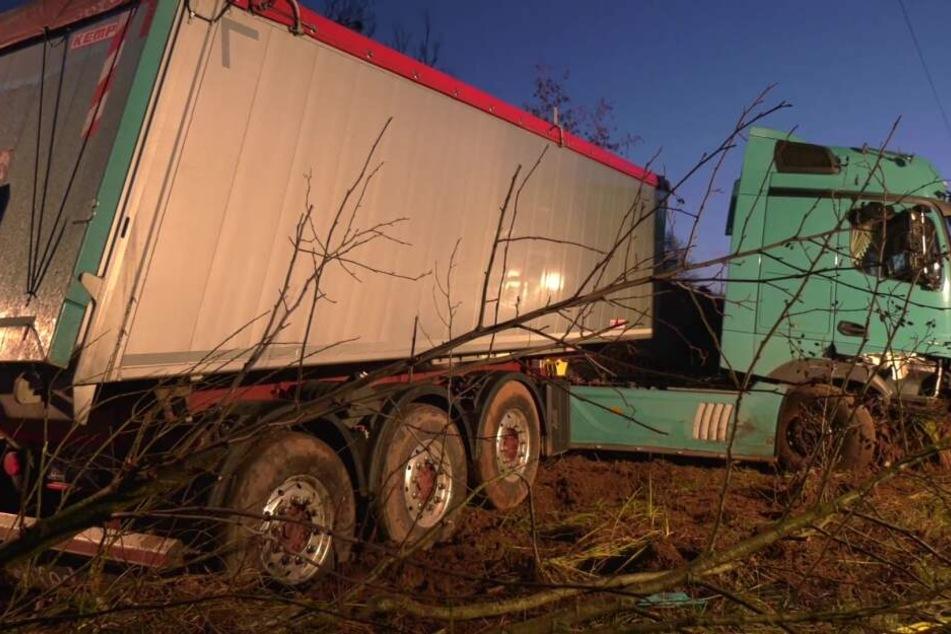 Der Lastwagen rutschte in den Graben.