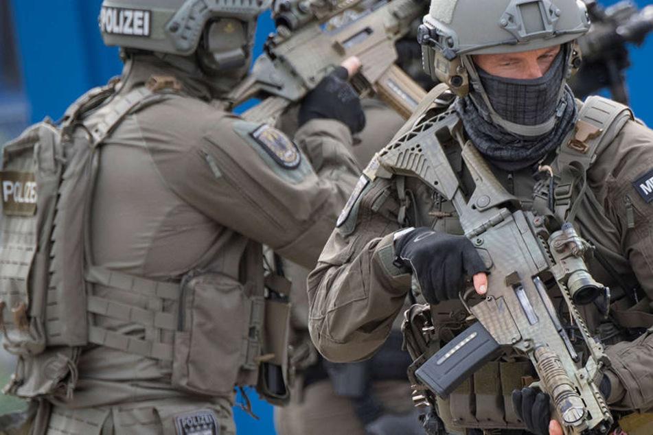 SEK-Beamte holten stürmten schließlich das Haus des 67-Jährigen. (Symbolbild)