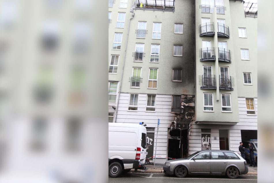 """In der Nacht zu Samstag musste die Feuerwehr in Plauen in die Jößnitzer Straße ausrücken. Dort brannte es vor dem Geschäft """"Oseberg""""."""