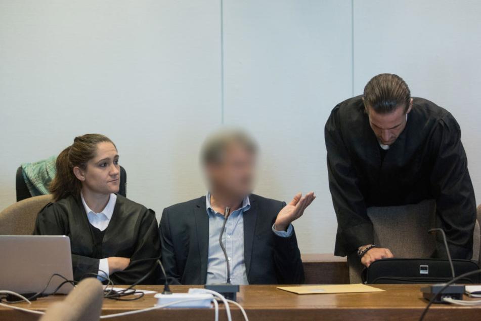 Ein Angeklagter (M) sitzt vor der Urteilsverkündung im Prozess um den Einsturz des Kölner Stadtarchivs in einem Gerichtssaal des Landgerichts.