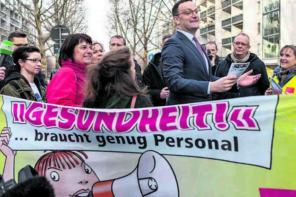 Minister Jens Spahn (38, CDU) wurde in Dresden von protestierenden Pflegekräften empfangen.