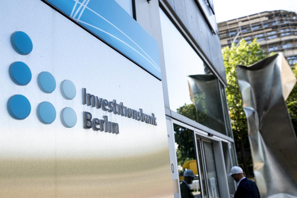Der Schriftzug der Investitionsbank Berlin steht an der Zentrale.