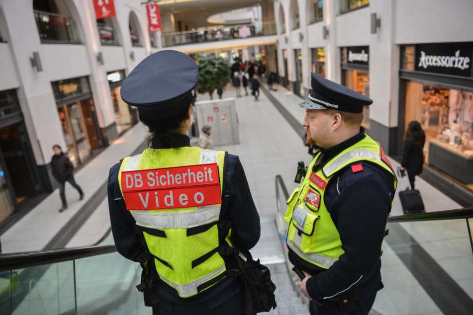 Zwei Mitarbeiter der DB-Sicherheit unterwegs. (Symbolbild)