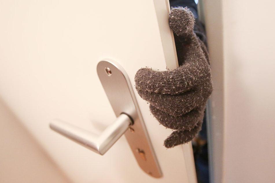 Die Diebe drangen in das Einfamilienhaus ein, während sich der Eigentümer im Obergeschoss aufhielt (Symbolbild).