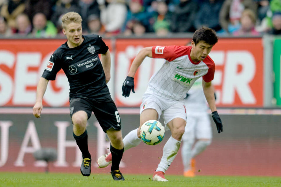 Santiago Ascacibar (VfB Stuttgart) im Zweikampf mit Ja-Cheol Koo (FC Augsburg) um den Ball.