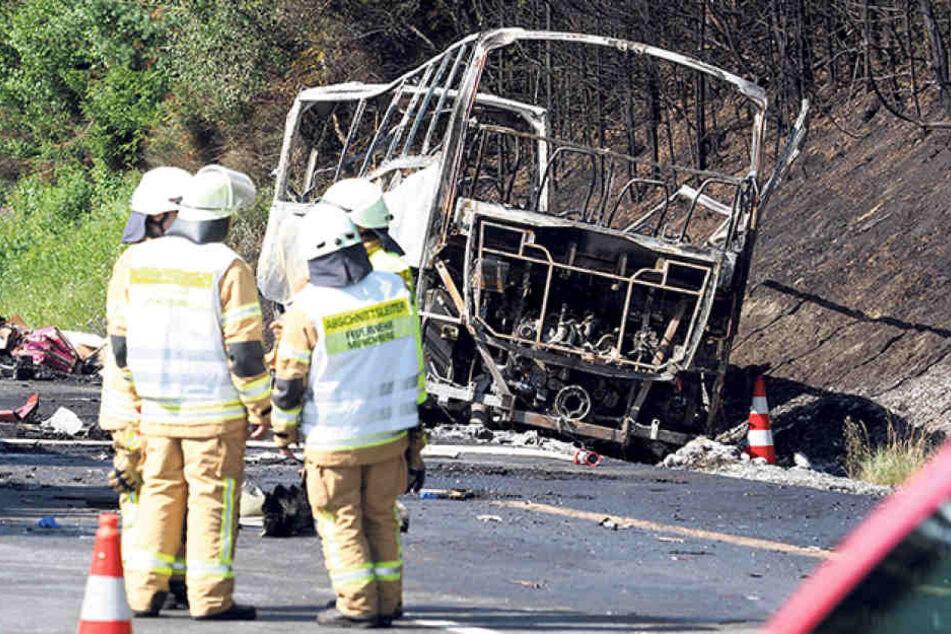 Über 200 Rettungskräfte waren im Einsatz. Die Ermittlungen konzentrieren sich  nun auf die Unfallursache.