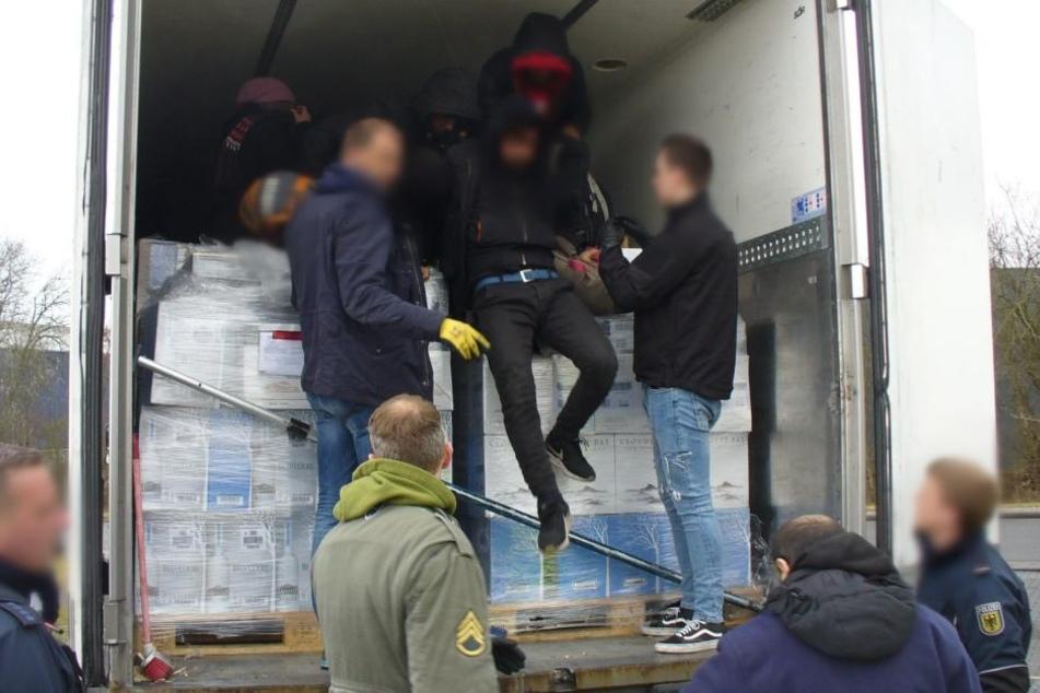 Flüchtlinge in verplombten Kühllaster entdeckt