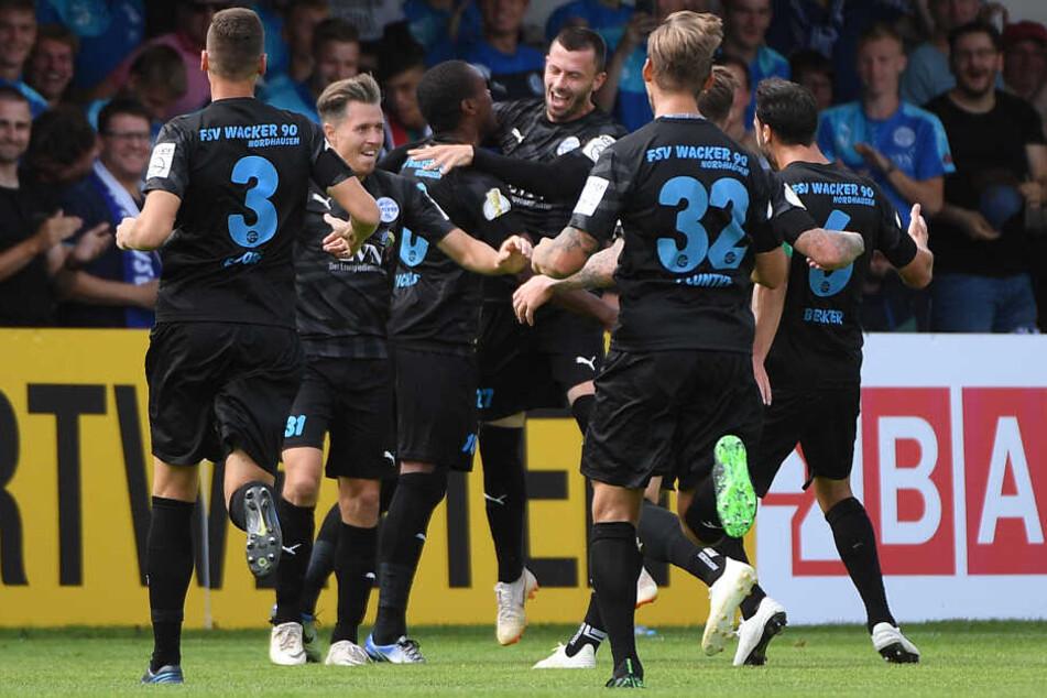 Jubeltraube nach dem Treffer von Mickels gegen den FC Erzgebirge Aue im DFB-Pokal.