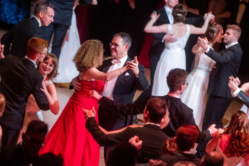 """Generalintendant und Hausherr des Abends, Christoph Dittrich (53), und seine Frau Andrea eröffnen den Tanz: """"Wir waren wie immer sehr aufgeregt und voller Vorfreude, denn wir lieben diesen Ball""""."""