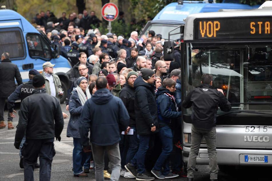 Die SGE-Anhänger dürfen nur mit einem Bus-Shuttle zum Stadion fahren.