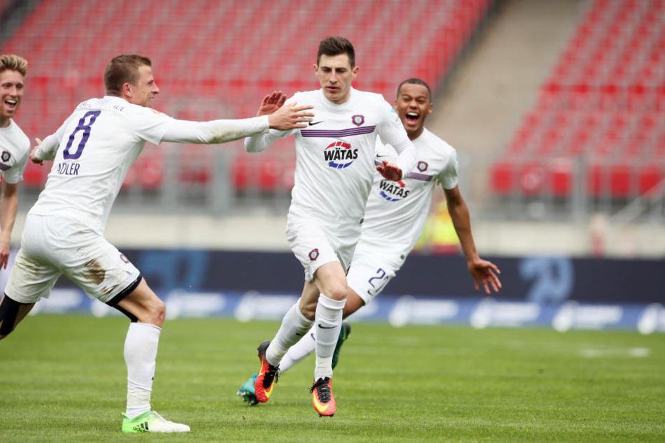 Tor für Erzgebirge Aue. Mario Kvesic (Aue) erzielt per Freistoß den Treffer zum 1:1 und jubelt.