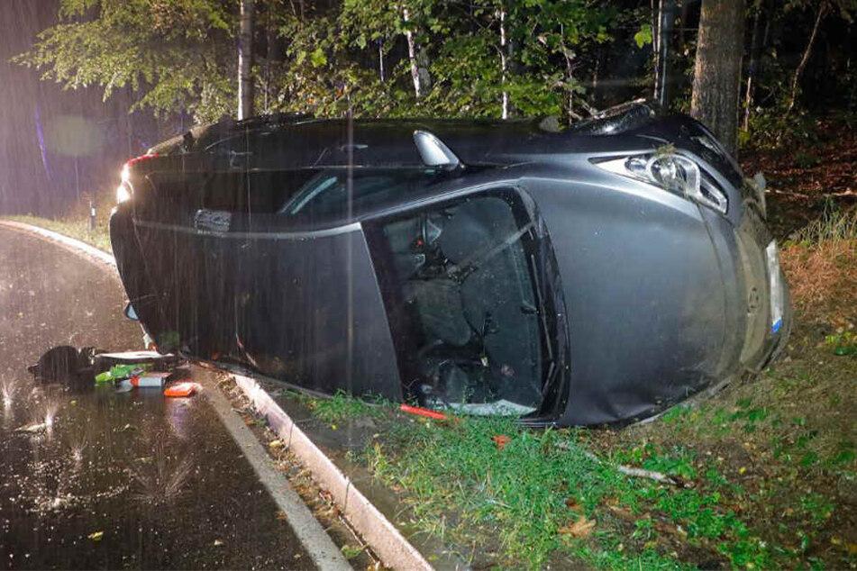 Unfall auf der S 223 bei Chemnitz! Ein Hyundai kam am Montagabend auf regennasser Fahrbahn von der Straße ab, überschlug sich und kam auf der Seite zum Liegen.
