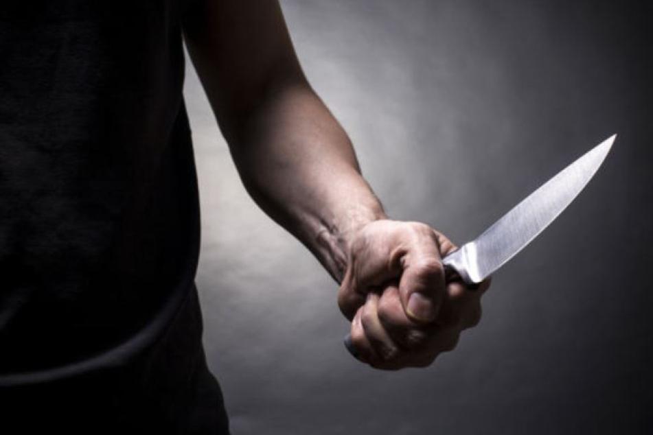 Mann fuchtelt an Schwarzenberger Tankstelle mit Messer herum