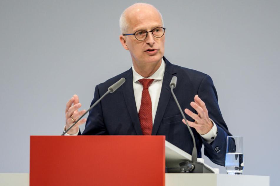 Peter Tschentscher (SPD), Hamburgs Erster Bürgermeister, steht auf dem Podium.