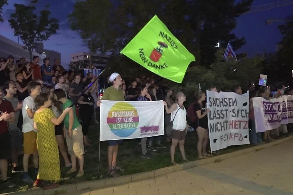 Etwa 300 Menschen demonstrierten auf dem Parkplatz der Johanniskirche gegen Pro Chemnitz.