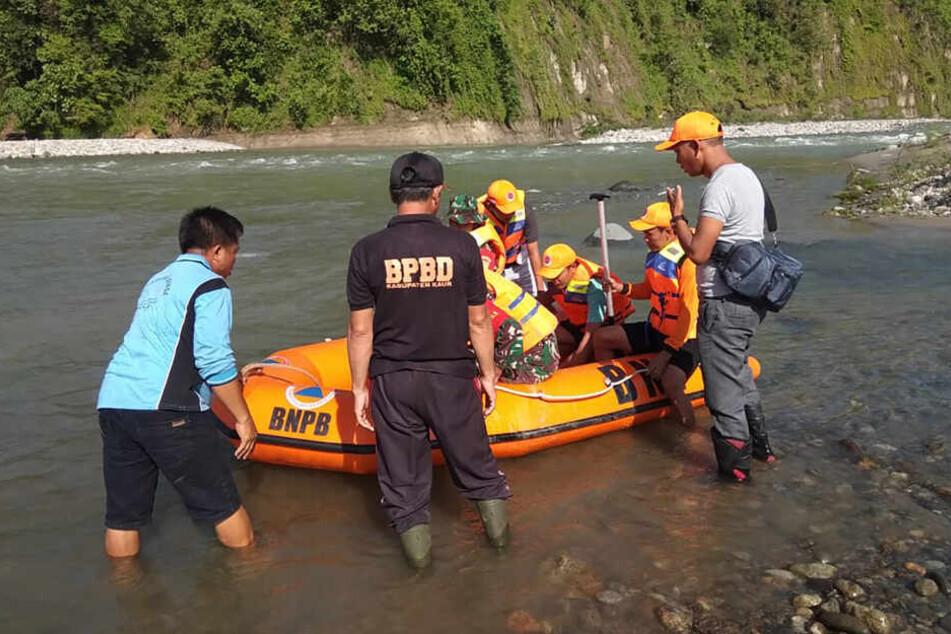 Ein Rettungsteam bereitet sich auf die Suche nach den Opfern vor.