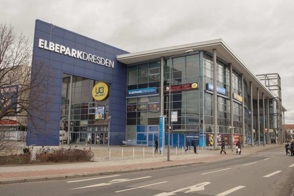 Am Elbepark rammte der Motorradfahrer den Fahrradfahrer von der Straße.