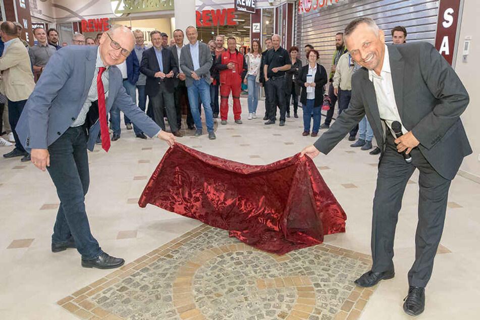 Projektleiter Andreas Barth (53, re.) und Ortsamtsleiter und Jörg Lämmerhirt (51, li.) enthüllten am Mittwoch ein Fußbodenmosaik mit dem Buchstaben G.