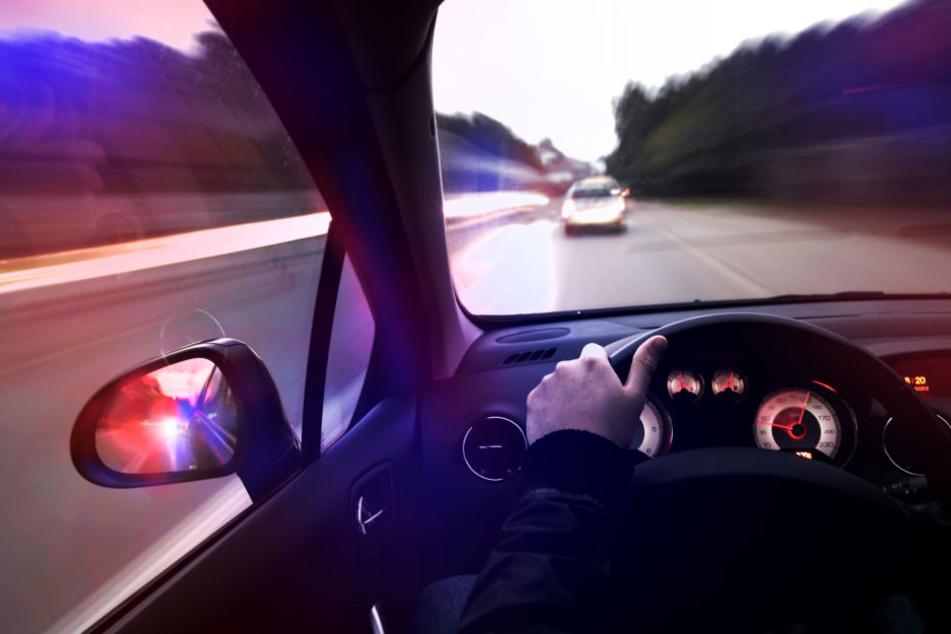Auf der Flucht vor der Polizei hat ein Autofahrer in Limbach-Oberfrohna mehrere Unfälle verursacht, bei denen drei Menschen verletzt wurden. (Symbolbild)