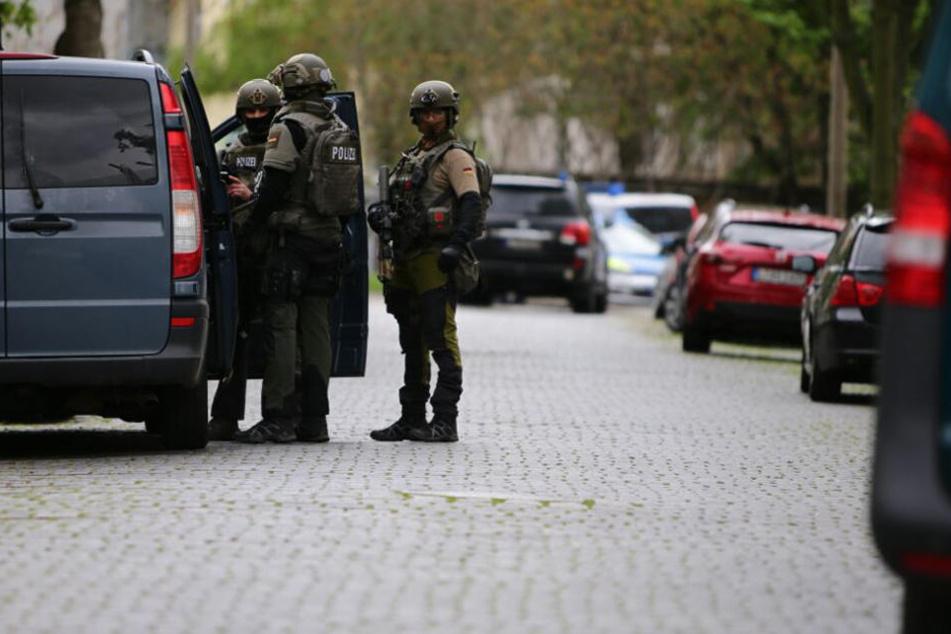 Die Polizei sperrte das Gebiet in Leutzsch stundenlang ab, doch die Suche nach dem bewaffneten Mann verlief ergebnislos.