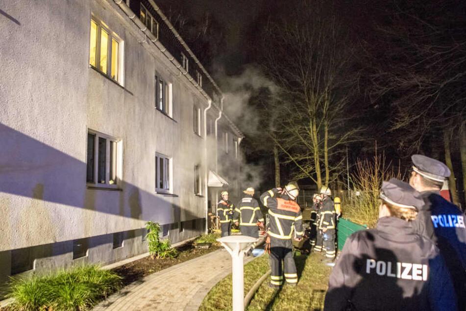 Polizei und Feuerwehr sind im Einsatz, um einen Brand im Erdgeschoss eines Hauses in Hamburg-Osdorf zu löschen.