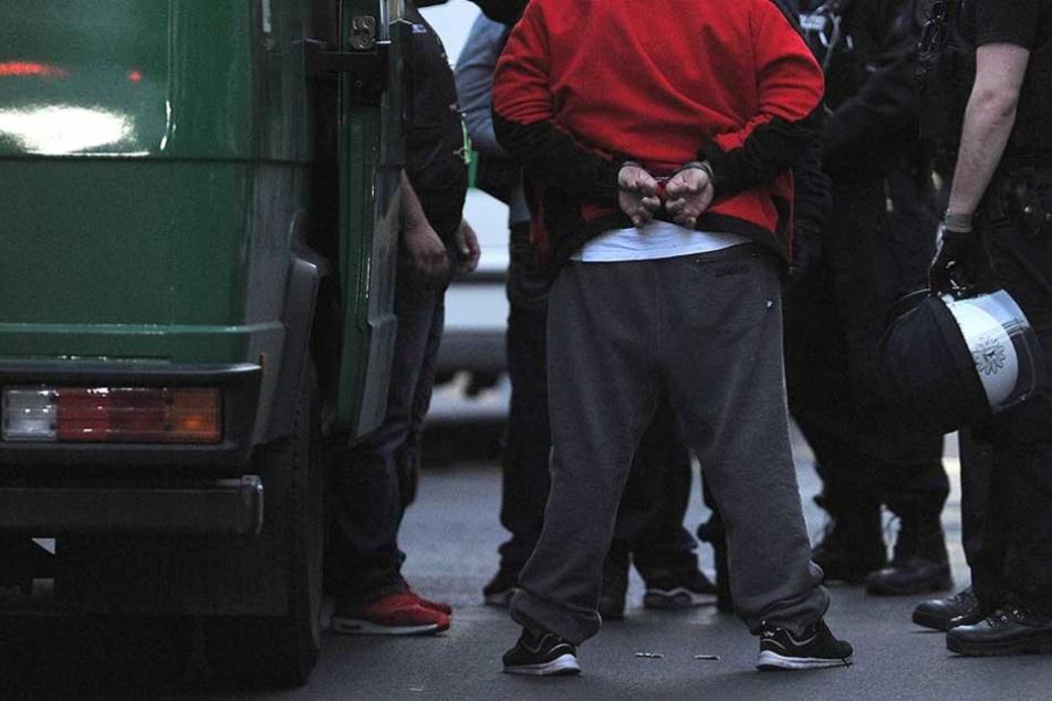 Der Verdächtige wurde von der Polizei festgenommen (Symbolbild).