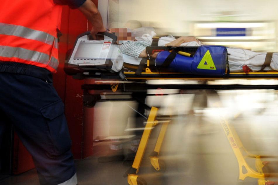 Der Rollerfahrer wurde mit lebensgefährlichen Verletzungen ins Krankenhaus gebracht (Symbolbild).