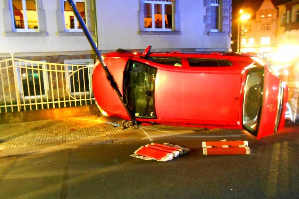 Der Opel Astra landete auf der Seite.